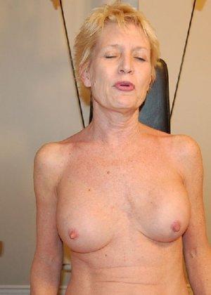 Опытная блондинка в голом виде показывает свои принадлежности - фото 38