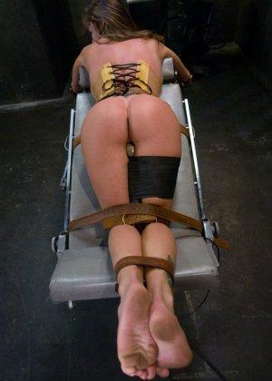 Гинеколог лесбиянка, увлекающаяся БДСМ – это зрелище не для слабонервных, телка трахнет пациентку всеми подручными предметами - фото 11