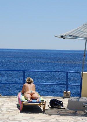 Отдых на море в эротических фото зрелой дамы на крутой фотик - фото 11