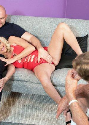 Блондинка наказала своего зрелого мужа который долго гулял на стороне - фото 7