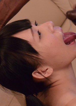 Хрубкая японская телка ебется с негром у которого огромный хуй - фото 22