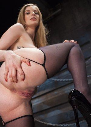 Жесткий извращенный трах во все дырочки очаровательной блондинки - фото 1