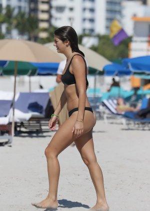 Люси Арагон показывает свое тело на пляже, а под лучами палящего солнца она решает оказаться без лифа - фото 9
