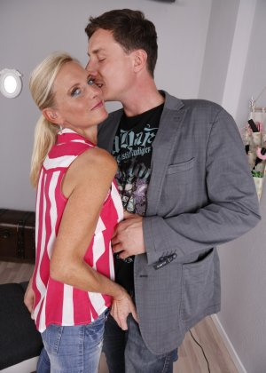 Опытный муж разминает висящие сиськи своей зрелой блондинистой жены - фото 3