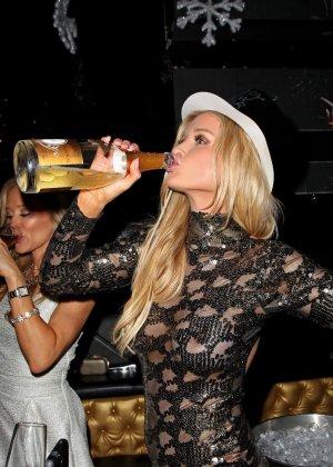Блондинка Джоана Крупа обнимается со своим новым богатеньким мужиком - фото 14