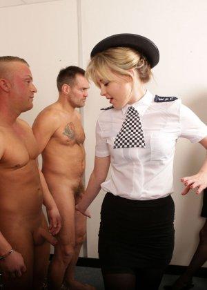Две подружки в униформе сосут члены троим зрелым паренькам в халатах - фото 6