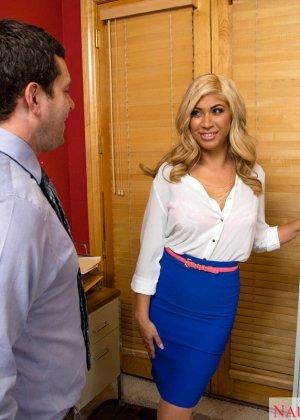 Блондинка Джемма Джоли мечтала отсосать хуй своему шефу, мечта сбылась, получилось даже трахнуться с ним на столе - фото 4