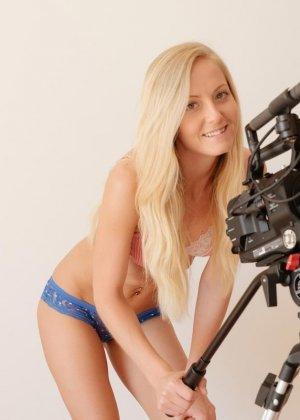 Блондинка с абсолютно идеальным телом демонстрирует себя во всей красе, раздевшись перед профессиональной камерой - фото 1