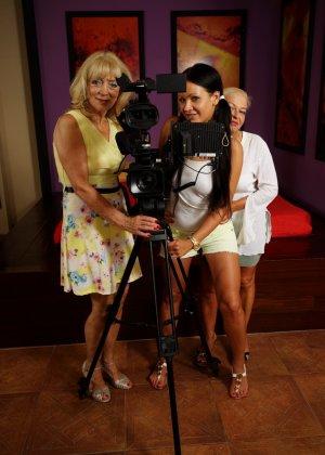 Две зрелые женщины соблазняют молодую брюнетку и принимаются учить ее сексуальным утехам - фото 5