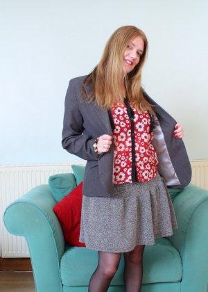 Зрелая девушка на кастинге эротично снимает с себя верхнюю одежду - фото 3