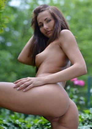 На свежем воздухе длинноногая худышка Michaela Isizzu показывает голенькое тельце - фото 10
