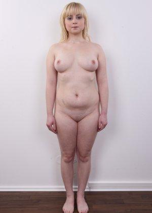 Блондинку на кастинге заставили оголить свое не очень красивое тело - фото 11