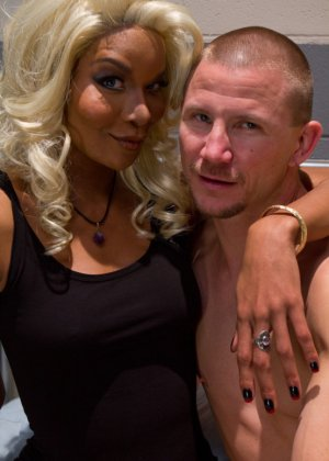 Настоящая блондинка пришила себе хуй на место вагины и трахается с мужиками - фото 2