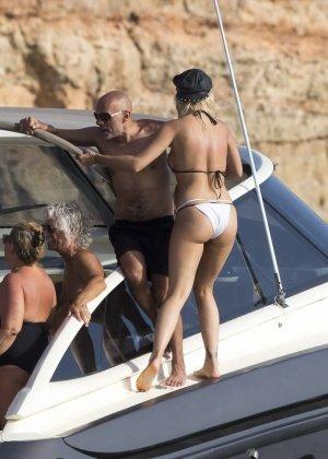 Паренек запичитлил на камеру красивую блондинку в купальнике на яхте - фото 4