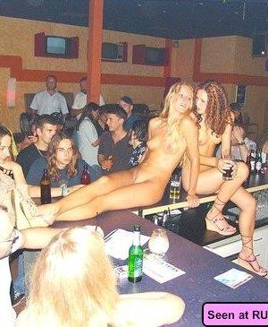 Девушки – нудистки оголяются везде, даже в барах, на стадионах, лестницах и даже в офисе - фото 5