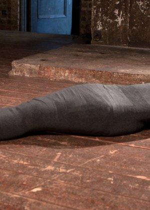Темнокожая красотка терпит многое – ее привязывают к стулу, делают из нее мумию и трахают разными игрушками - фото 8