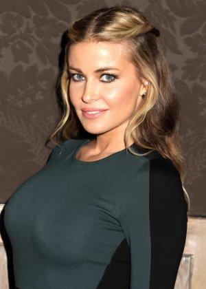 Очень красивая актриса с большой грудью позирует перед камерой - фото 8