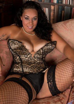 Сисястой Анилос захотелось порадовать мужа классным стриптизом, она знает, как он реагирует на эротическое белье - фото 5- фото 5- фото 5
