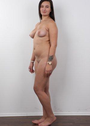 Длинноволосая брюнетка на пробах в секс индустрию показала сиськи - фото 11