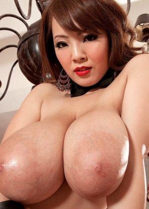 Азиатка Хитоми Танака с большими дойками достает развратную фото сессию, она мечтает познакомиться с богатым мужиком - фото 5