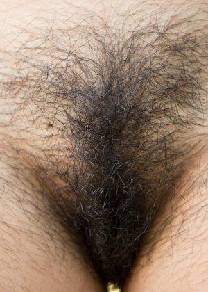 Темноволосая девушка показывает свою мохнатую киску - фото 9- фото 9- фото 9