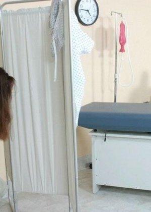 Женщина приходит на клизму и мужчина-врач с удовольствием вставляет трубочку в ее анус - фото 4