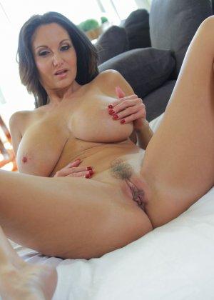 Прекрасный секс со зрелой большегрудой брюнеткой Авой Аддамс - фото 12