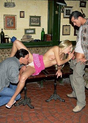 Блондинка Дениса оказывается между двумя мужчинами и старательно их ублажает, подставляя свои дырочки - фото 3