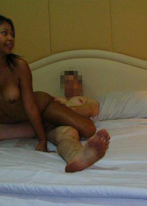После секс втроем мужчина угостил густой теплой спермой двух молоденьких девушек - фото 11