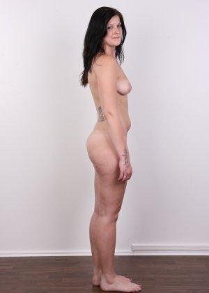 Женщина с не очень большой жопой вывалила свои стремные дойки - фото 14