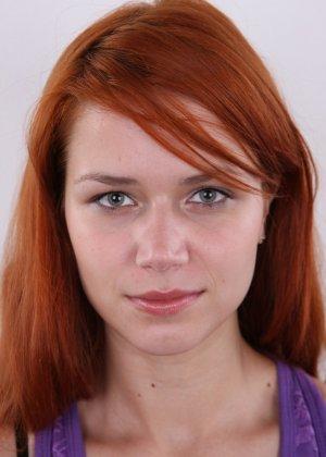 Рыжеволосая молоденькая девчонка пробует себя на порно кастинге - фото 2