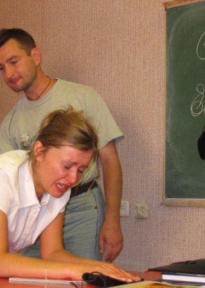 Русских студенток прямо в университете наказывают, шлепая по жопе - фото 13