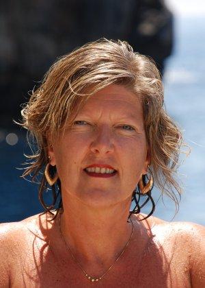 Отдых на море в эротических фото зрелой дамы на крутой фотик - фото 36