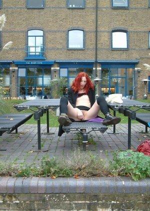 Рыжеволосая развратница совсем не стесняется раздеться на улице, а затем удовлетворять себя вибратором - фото 2