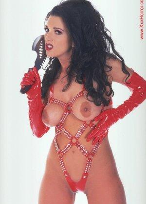 Роковая брюнетка в красном латексе позирует перед фотографом, обнажая самые соблазнительные части тела - фото 5