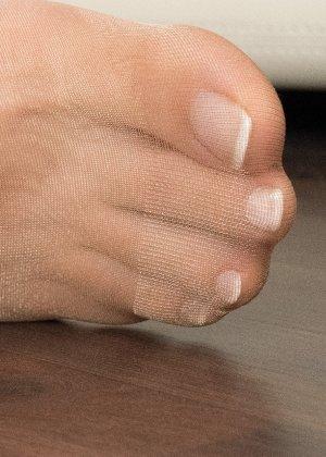 Сексуальные ножки знаменитой модели в коричневых колготках - фото 11