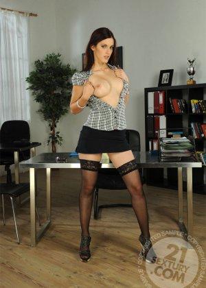 Секретаршу в черных чулках отымел босс в офисе с новым работником - фото 3