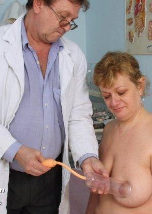 Женщина приходит на осмотр к врачу и не ожидает, что ее так тщательно будет разглядывать мужчина - фото 4