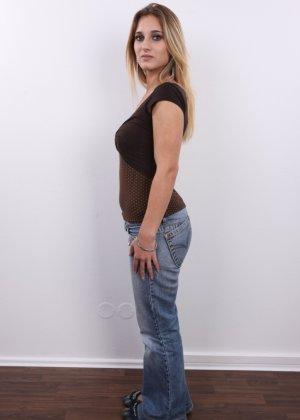 Девушка с шикарными формами пришла на фотосесию и снимает одежду - фото 1