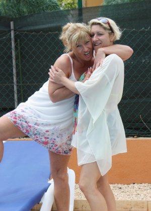 Две зрелые мадамы давненько не виделись и занялись развратом во дворе - фото 4