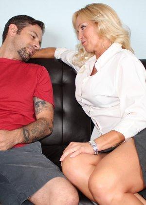 Опытная женщина знает, как довести мужчину до оргазма одними руками – она добивается своего - фото 1