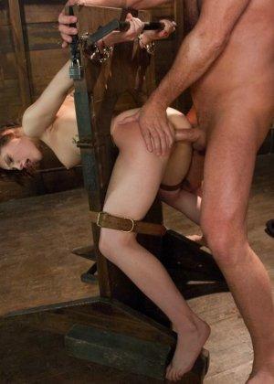 Сексуальную молодую телку зрелый парень жестко выеб в пизду - фото 18