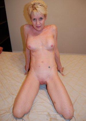 Опытная блондинка в голом виде показывает свои принадлежности - фото 28