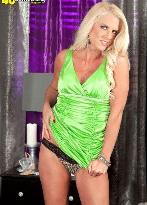 Скромная блондинка снимает с себя леопардовое белье на камеру - фото 9