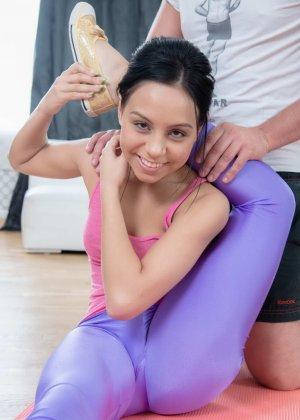 Сексуальная брюнетка может принимать разные позы, поэтому опытный самец пользуется этим - фото 4