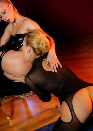 Блондинка лесбиянка садиться на стул, чтобы ее подруга смогла сделать незабываемый куннилингус - фото 8