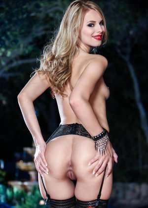 Джиллиан Дженсон - девушка с красивой фигуркой, которая любит подразнить своим телом - фото 7