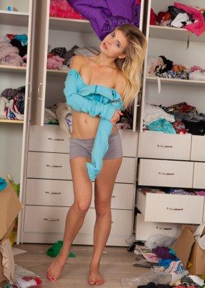 Очаровательная блондинка с красивой упругой попочкой и маленькими сиськами - фото 4