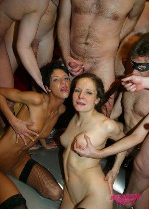 Толпа мужиков отжарили знакомых проституток не заплатив им за услуги - фото 16