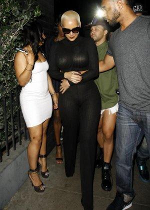 Телка с короткой стрижкой но очень большими дойками в черном костюме - фото 5